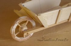 Miniatures et maisons de poupees : brouette et charrette Wheelbarrow Planter, Wooden Toys, Tie Knots, Provence, Minis, Art Crafts, Wheelbarrow, Little Things, Wheels