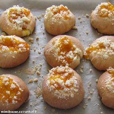Do pekárny vlijeme vlažné mléko, přidáme rozpuštěné,vlažné máslo,žloutky,pak ostatní sypké suroviny ...