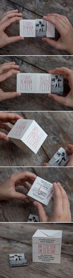 Eine Einladung zum 50.Geburtstag, die beim Abnehmen der Banderole aufspringt und einen 3D-Würfel ergibt.