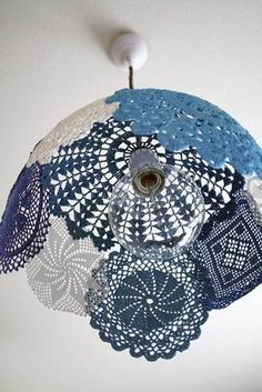 Are you a great lover of doilies? If yes, check out the Impressive DIY Doilies Crafts That You Have To See. Lampe Crochet, Crochet Lampshade, Diy Lampshade, Diy Pendant Light, Pendant Lamp, Pendant Lights, Diy Light, Globe Pendant, Collage Simple