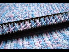 Manta para bebé en telar / Baby blanket on loom Loom Knitting Blanket, Afghan Loom, Loom Blanket, Loom Knitting Stitches, Knifty Knitter, Loom Knitting Projects, Knitting Videos, Arm Knitting, Knitting Tutorials