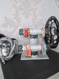 Un présentoir à bijoux avec des rouleaux de papier essuie tout et de papier toilette
