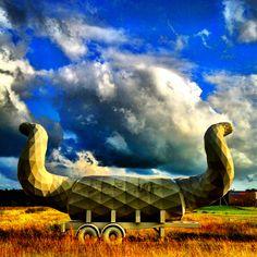 Het object staat al jaren in Zuiderburen, Leeuwarden. Ik denk dat het kunst is.