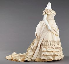 Ball gown, ca. attributed to House of Worth. Brooklyn Museum Costume Collection at The Metropolitan Museum of Art. House Of Worth, Vintage Outfits, Vintage Gowns, Vintage Mode, Victorian Gown, Victorian Fashion, Vintage Fashion, Historical Costume, Historical Clothing