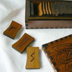 Viking cedro Elder Futhark runa Set