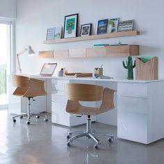 Double bureau pour la maison blanc et bois décoration étagère et rangement minimaliste décoration vase cactus fauteuil de bureau en bois à roulettes moderne déco contemporaine