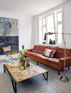 kleines Wohnzimmer Landhausstil gestalten Ledersofa niedriger Holztisch