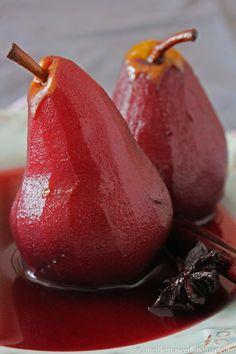 Poires pochées au vin rouge6-8 poires (pelées et évidées) 1 bouteille de vin rouge 1 gousse de vanille, séparée en 2 4 anis étoilée 2 bâtons de cannelle 1 tasse (240 gr) de sucre 4 c. à soupe de sirop d'érable (ou de miel) Le jus et le zeste de 2 oranges