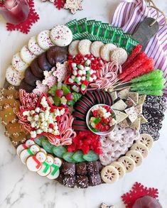 Christmas Dessert Boards are the new YULE LOG, amiright? SWIPE LEFT for the close-up then head on over to IG stories to get… Christmas Dessert Boards are the new YULE LOG, amiright? SWIPE LEFT for the close-up then head on over to IG stories to get… Christmas Party Snacks, Christmas Party Ideas For Teens, Christmas Brunch, Snacks Für Party, Christmas Appetizers, Christmas Sweets, Christmas Cooking, Christmas Goodies, Christmas Candy