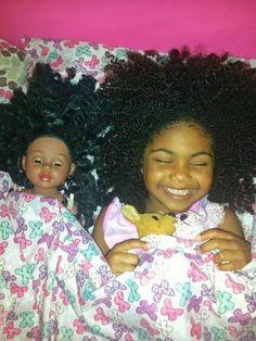 bambina con capelli ricci e bambola