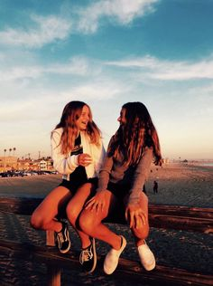gal pals ツ bff pictures, friend photos, friend pict Bff Pics, Cute Friend Pictures, Cute Photos, Best Friend Fotos, Friend Poses, Gal Pal, Cute Friends, Summer Aesthetic, Summer Pictures