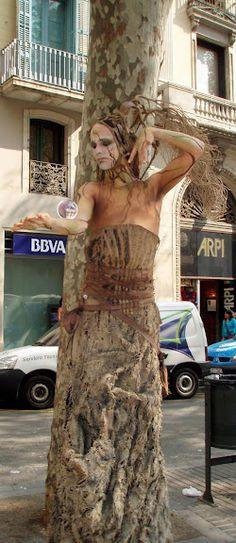 Living statue in La Rambla. Barcelona, SPAIN     (By Foreverbarcelona.com)