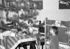 Kind und Weihnachtsbaum in Berlin, 1977 Juergen/Timeline Images #70er #Festlichkeiten #Freude #Kind #Geschenke #lachend #Weihnachten #Weihnachtsbaum #christmas #historisch #70er #Nostalgie #Freude #schwarzweiß Berlin, Painting, Art, Party Sparklers, Photo Kids, Christmas Tree, Glee, Monochrome, Nostalgia