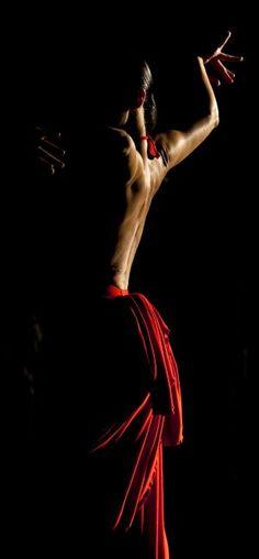 Sara Baras, en el rodaje de 'Flamenco, flamenco', de Carlos Saura, con fotografía de Vittorio Storaro. / GARCÍA CORDERO