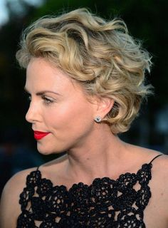 Charlize Theron Short Hair Style #shortcurlyhairstyles Short Wavy Haircuts, Short Curly Hairstyles For Women, Curly Hair Styles, Haircuts For Fine Hair, Curly Hair Cuts, Short Hair Cuts For Women, Pretty Hairstyles, Shag Hairstyles, Hairstyle Short
