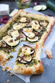 Plate of zucchini with brie and pesto - Brenda Cooks! - Plate of zucchini with brie and pesto – Brenda Cooks! Oven Recipes, Veggie Recipes, Vegetarian Recipes, Brie, 15 Minute Meals, Quick Meals, Tapas, Cute Snacks, Pesto