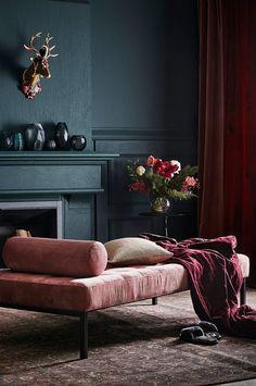 CARMEL dagbädd i sammet ger med sin stilrena form i kombination med det vackra sammetstyget, cylinderformade kudden och djuphäftade sittdynan, ett extraordinärt intryck som lyser upp vilket rum som helst. CARMEL är underbar som komplement till en soffgrupp eller som ensam möbel i ett stort rum med bara en vacker matta och massor av härliga kuddar. Dagbädden är den ultimata lyxen. Den bjuder verkligen in till vila. Lägg dig ner och njut av lugnet. CARMEL dagbädd i sammet har ett stilrent…