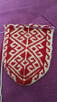 This Pin was discovered by Ade Fair Isle Knitting, Knitting Socks, Hand Knitting, Knitting Patterns, Crochet Shoes, Knit Crochet, Mitten Gloves, Mittens, Animal Set