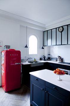 Ce réfrigérateur des annés 60 apporte beaucoup de cachet à cette cuisine.