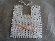 White bib, handmade crochet lace with white yarn, adorned with pink ribbon salmon. Elegant and retro flavor. Indicated for to dress smartly and ideal as a gift idea for babies. Crochet Baby Bibs, Crochet Fabric, Crochet Baby Clothes, Crochet Lace, Free Crochet, Baby Knitting Patterns, Crochet Patterns, Crochet Vintage, Crochet Collar