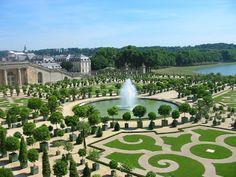 """Todo dia é dia de jardinar: Os jardins do  Palácio de Versalhes - Para diminuir a formalidade, construções diferentes chamadas """"follies"""" ficam espalhadas aqui e ali, assim como uma alameda onde os cortesãos dançavam durante o verão entre jardins de pedra, conchas e luzes decorativas. Estátuas de mármore e bronze eram colocadas pelo caminho e no meio da folhagem. Certa vez, 3.000 árvores do Laranjal conseguiram sobreviver ao inverno rigoroso."""