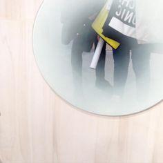 FADING - Design by Thomas Eurlings - Le miroir se transforme grâce à Thomas Eurlings et porte une empreinte magique avec ce flouté sur les bords. Envoutant, ce miroir sérigraphié apporte une touche d'originalité qui ne laissera le reflet de personne indifférent...