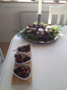 Enkelt dekoration med mos og kogler