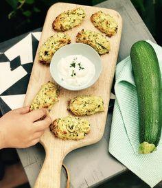 Fingerfood! In Form von Tots oder auch Kroketten genannt. Nur ohne Kartoffel, dafür mit Zucchini, Thymian, Käse und Zwiebel.