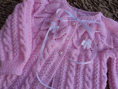 Casaquinho de Croche de BEBE   Aprenda como fazer este lindo casaquinho de croche passo a passo  Fonte: vovoene.blogspot.com Easy Baby Knitting Patterns, Baby Patterns, Knit Patterns, Stitch Patterns, Crochet Baby, Knit Crochet, Baby Cardigan, Lace Design, Baby Dress
