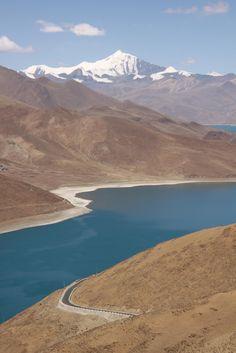 Blue waters of Yamdrok-Tso Lake,Prefectura de Shannan, Xizang, China