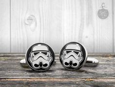 Boutons de manchette Star Wars STORMTROOPER - helmet hand made mens cufflinks.  Brass silver color cufflinks with glass dome cabochon  The box is included in the