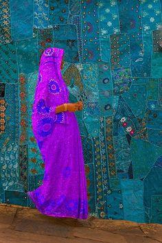 "Ela parece estar flutuando....lindo - ""woman walking past a tapestry, jodphur, rajasthan, india"":"