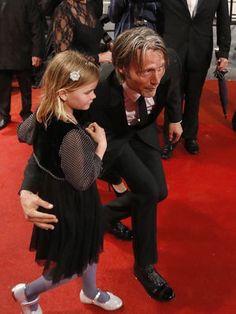 イケおじ紳士は幼女をこう扱うべきというお手本を我々に示すマッツミケルセン