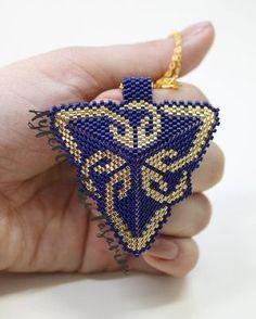 @nuray.k.ozbek #miyuki #miyukitakitasarim #miyukidelica #kolye #altın #gold #zincir #taki #takitasarim #ayferletakitasarim #lüleburgaz #handmade #jewellerydesign #desin #design #stone # Diy Jewelry Necklace, Seed Bead Necklace, Beaded Earrings, Beaded Jewelry, Handmade Jewelry, Beaded Bracelets, Triangle Earrings, Peyote Patterns, Bracelets