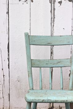 Painted Chair for Outdoors: Step-by-step instructions for painting furniture in a gorgeous antique finish! See the best products to use and full tutorial.