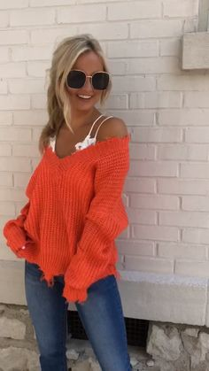 This destroyed hem sweater is such an edgy look for those cool fall nights! Sweater Outfits, Fall Outfits, Casual Outfits, Fashion Outfits, Big Sweater, Cute Scarfs, Outfits Mujer, Off Shoulder Sweater, Orange Sweaters