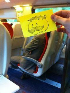 Quand l'illustrateur anglais October Jones s'ennuie dans les transports en commun...