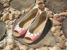 Peep toe rosa / branco com spikes.