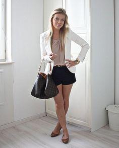 shorts, tricô, blazer e sapatilha