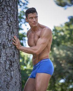 Slika može sadržavati: Jedna osoba, stablo i na otvorenom My Calvins, Male Models, Hot Guys, Underwear, Swimming, Wellness, It Is Finished, Photo And Video, Swimwear