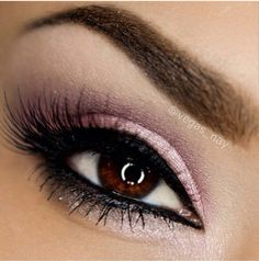 Pink shaddow, perfect for a sweet look for every eye colour.