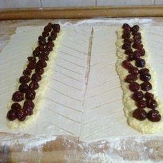 1 csomag leveles tészta ½ kg túró 1 üveg magozott megy 1 tojás 20 dkg cukor 1 csomag vaniliás cukor 1 citrom reszelt héja