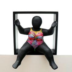 Safiya - Klei (Hoogte 25/30 cm, Breedte 25 cm, Diepte 9/19 cm, met ophangsysteem) €200,-