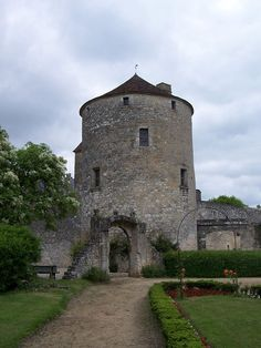 La tour de Montaigne, côté sud, la fameuse « librairie », donne sur le vignoble. La tour, séparée du château par une cour intérieure, est tout ce qui reste du château qui fut détruit par un incendie en 1885.