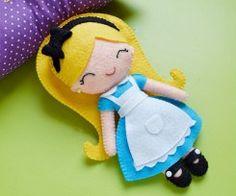 DIY gratuit poupée en feutrine Alice au pays des merveilles - doll - couture - pattern - patron - Alice in wonderland - disney