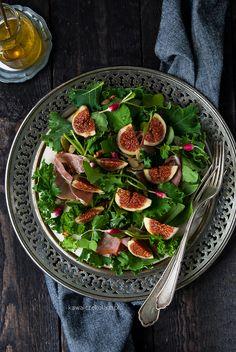 Sałatka z figami, jarmużem i szynką