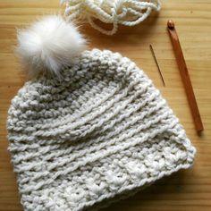 37e0f97ffdaf0  Gorro a  crochet hecho con 100% lana  Drops y pompón sintético