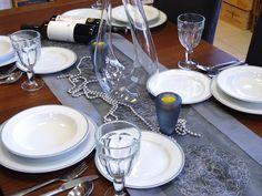 Klasická krása, ktorá zaujme na prvý pohľad: Porcelán od českého výrobcu THUN nakúpite v našej predajni. #porcelan #thun #vianoce #dizajn #design #inmedio #in_medio #vianoce #vianoce2017 #dar #darcek #gift #daruj #krasne #nadherne Bratislava, Table Settings, Table Decorations, Furniture, Home Decor, Decoration Home, Room Decor, Place Settings, Home Furnishings
