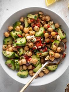 These make ahead marinated mediterranean chickpeas are perfect for meal prepping! Use for lunches or dinners, salads or wraps. Delish! Salad Recipes, Lunch Recipes, Cooking Recipes, Healthy Recipes, Recipes Dinner, Main Dishes, Side Dishes, Mediterranean Diet Recipes, Chickpea Recipes