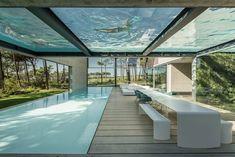 Piscine avec un fond en verre dans une maison design - Visit the website to see all pictures http://www.amenagementdesign.com/architecture/piscine-fond-verre/